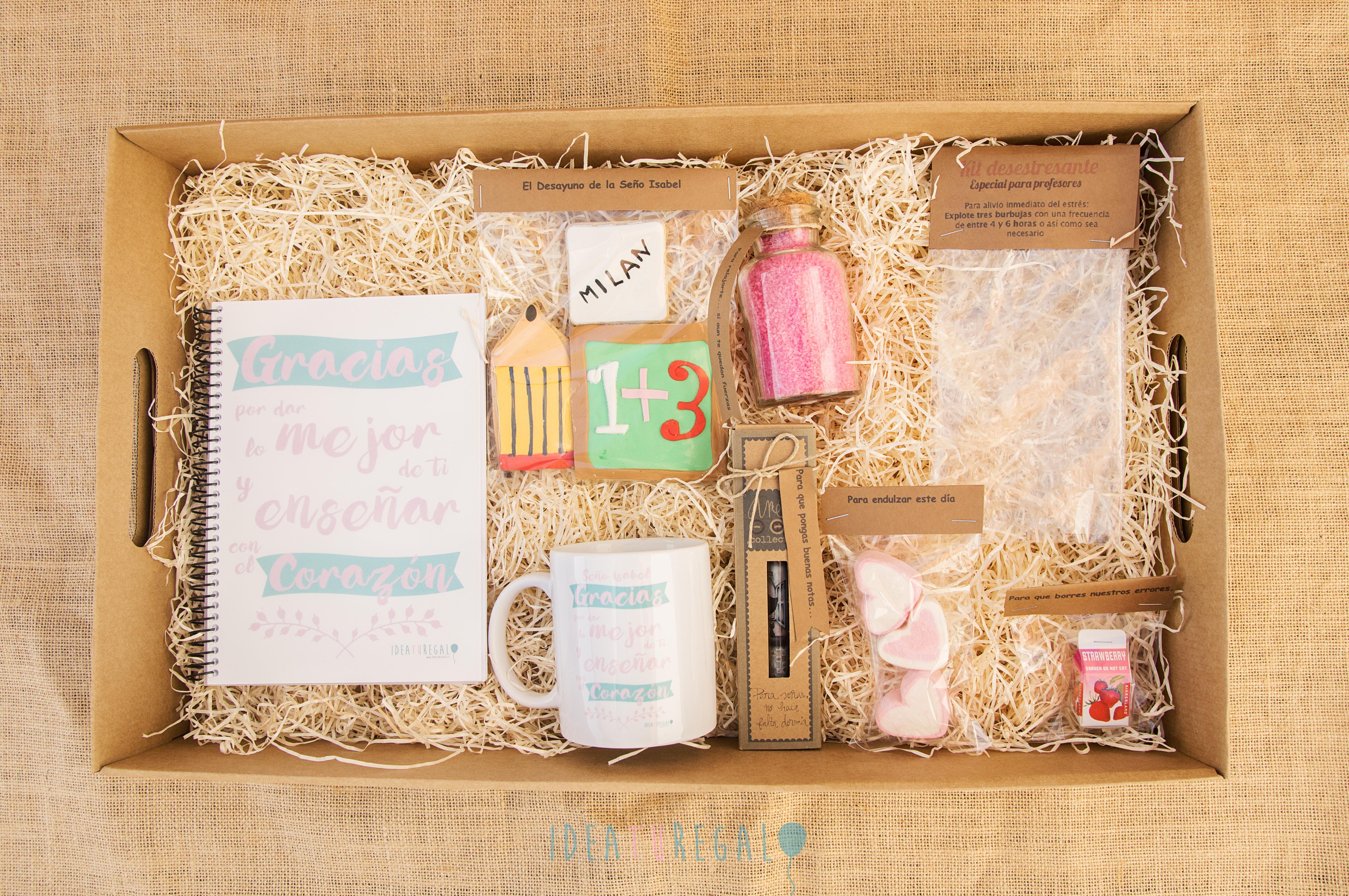 Caja con libreta, taza, boligrafo,goma, sales de baño, galletas y kit desestresante para regalos de profesores