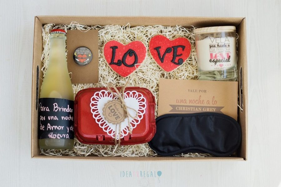 Caja regalo con yllera, huevera conbombones,, vela aromativa, antifaz, chapa y galletas love
