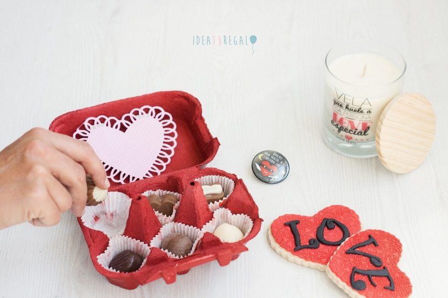huevera con bombones, chapa, vela aromatica y galletas love