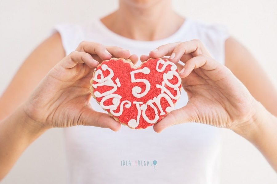 Chica con galleta de fondant de corazon especial aniversario