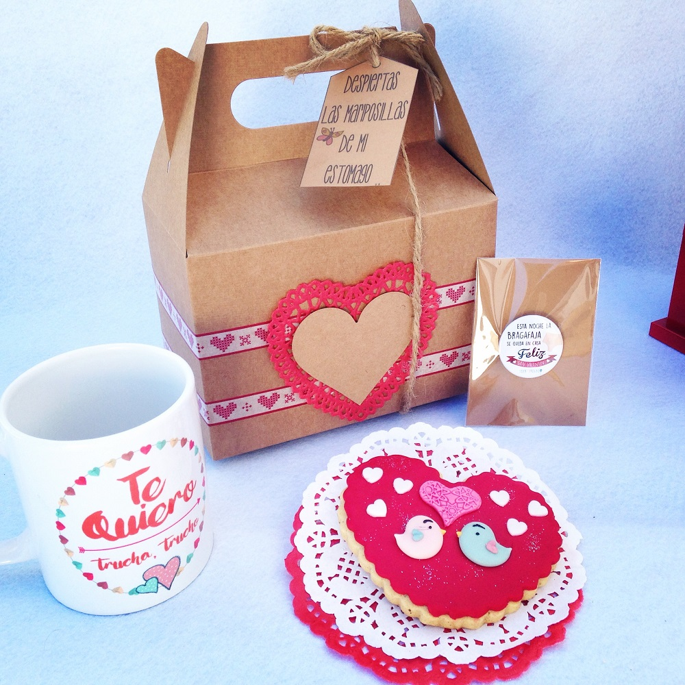 """Caja picnic decorada ,galleta de fondand corazon chapa y tazo """" Te quiero"""""""