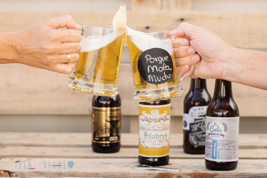 chicas brindando con cerveza artesana