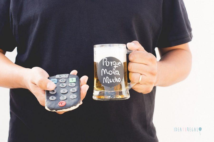 Chico con jarra de cerveza y mando de galleta