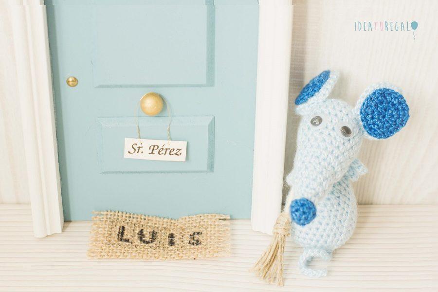 Puerta raton Perez, con alfonbra y raton de crochet en celeste