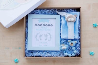 Caja con marco, sonajero,gasa, chupete y chupetero de crochet en celeste