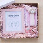 Caja con marco, sonajero,gasa, chupete y chupetero de crochet en rosa
