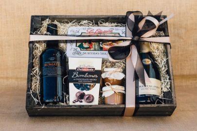 Caja de madera con vino romate, cava, bombones, confituras y mantecados