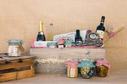 Caja de madera con productos de navidad