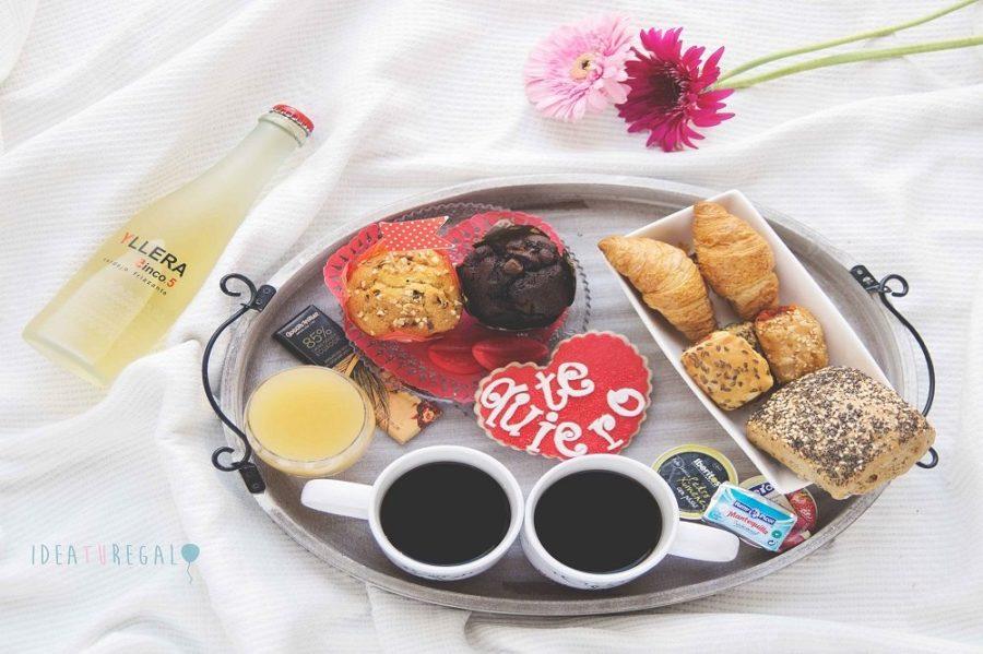 Bandeja con desayuno pareja
