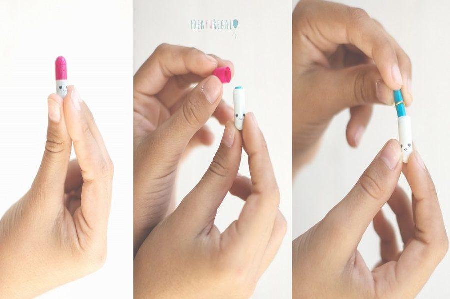 Chica cbriendo pastilla con mensaje