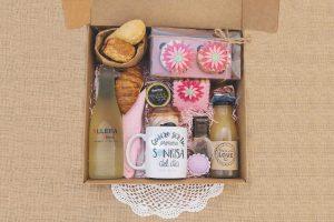 Desayuno con cup cakes y galleta de fondant