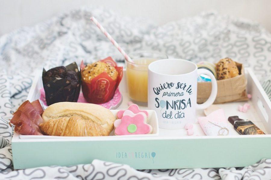 Bandeja con desayuno