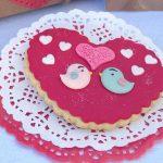 galleta de fondat de corazon con pajaritos