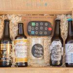 Caja con cervezas artesanas, jarra y mando de galleta para TV