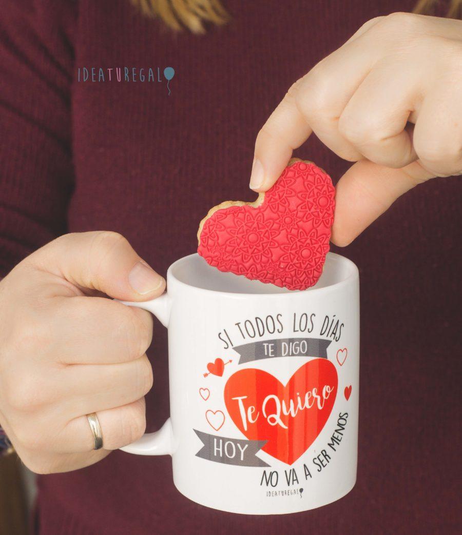 """Taza """"Si todos los dias te digo te Quiero hoy no va a ser menos """"y galleta de fondant de corazón"""
