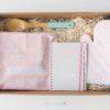 Pack con delantal, recetario, manopla y cuchara de madera