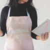 delantal. recetario y cuchara de madera