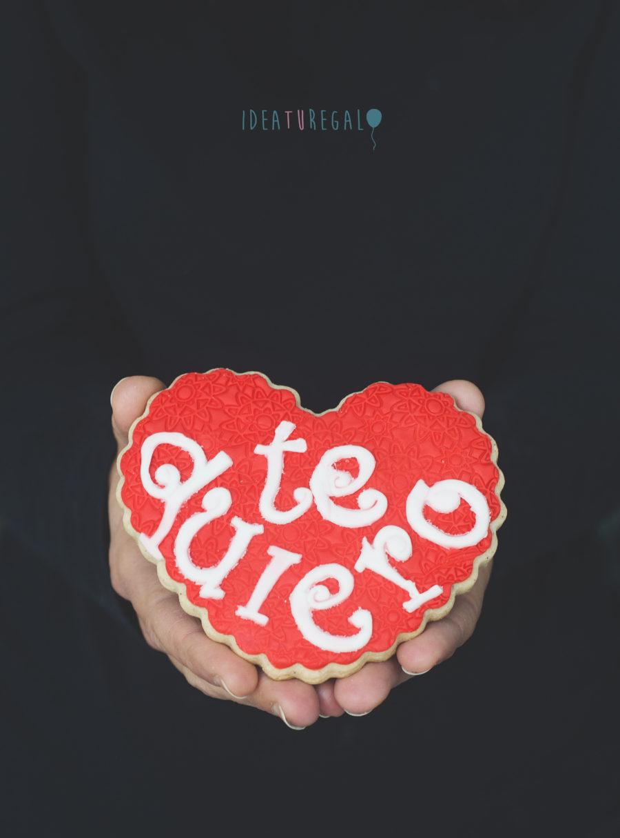galleta de fondant con corazon y con la frase te quiero