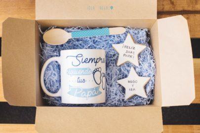caja con taza personalizada y galletas de fondant